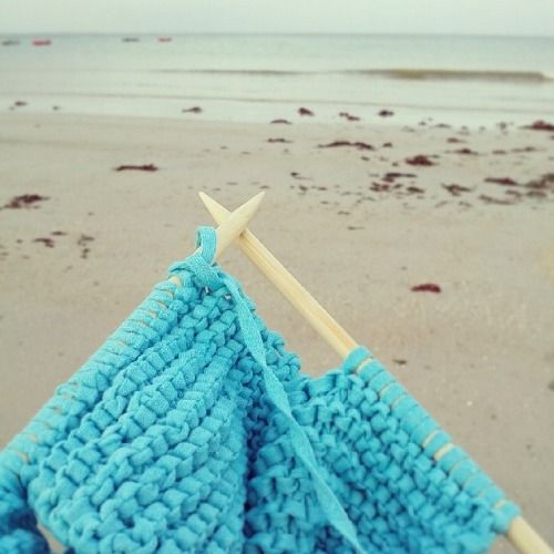 tricot sur la plage par WoolKiss / @woolkiss knitting on the beach