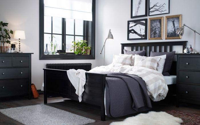 Schwarze Einrichtung, Fenster Mit Schwarzem Rahmen, Graue Fußmatte Vor Dem  Bett, Zwei Stehlampen