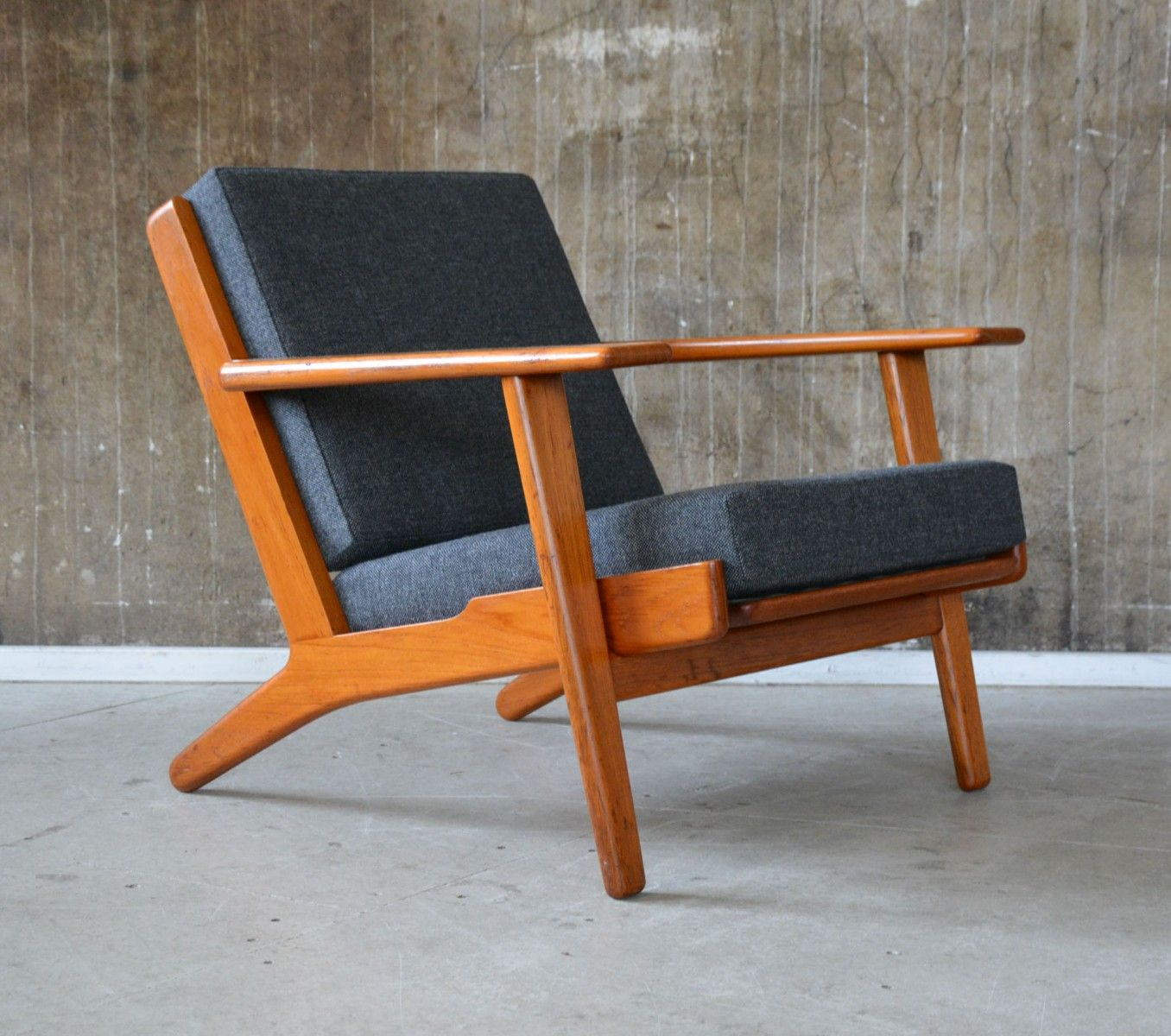 GE 290 Lounge Chair Designed By Hans J. Wegner For Getama During The 1960s