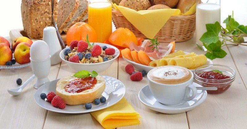 Tradičné predstavy o zdravých raňajkách sú nesprávne. Tuto je návod ako jesť čo vám hrdlo ráči, k tomu schudnúť a ešte aj žiť o 50% dlhšie.