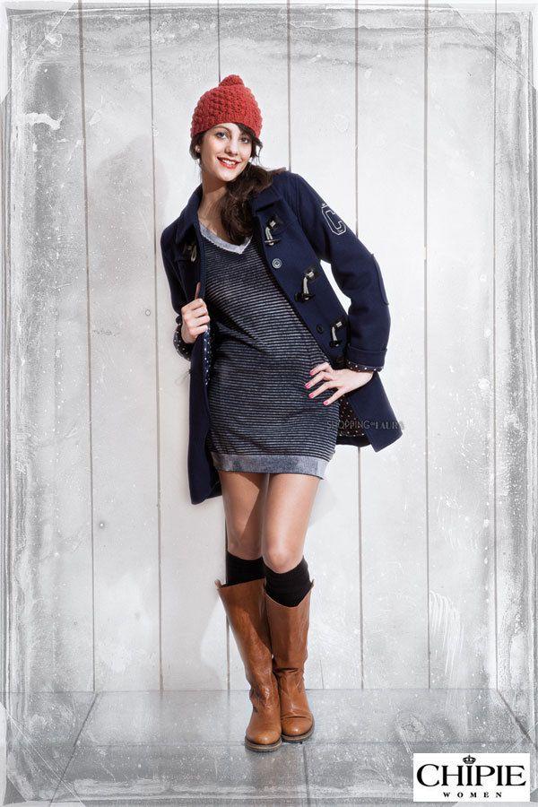 Faut-il encore être ado pour porter du Chipie ? Franchement quand on voit ce superbe manteau duffle-coat en laine et viscose bleu marine...la réponse tombe sous le sens. Chipie est la marque de notre adolescence mais elle est aussi celle que nous retrouvons aujourd'hui avec autant de plaisir et d'envie !