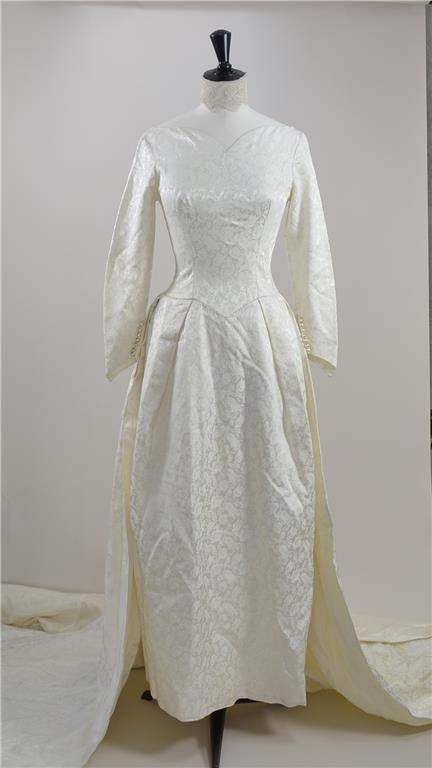 f31ae45c0232 Fantastisk Vintage 50-tals brudklänning i cremefärgad satin på Tradera.