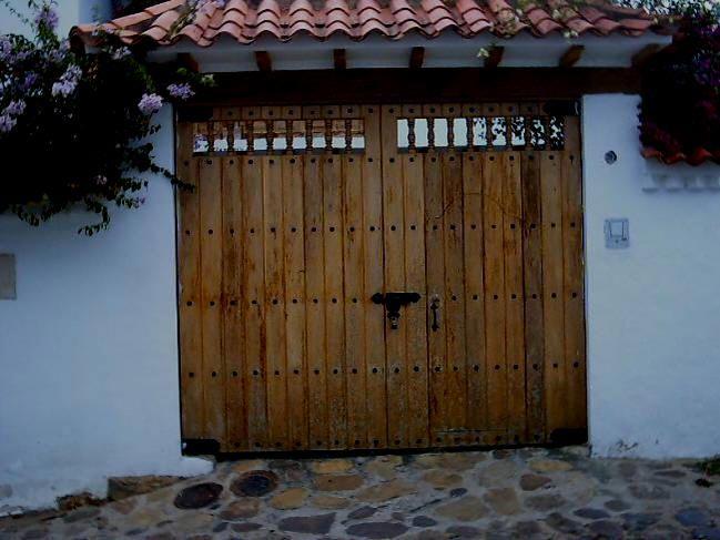 Como hacer una puerta rustica latest celosia de madera for Portones madera rusticos
