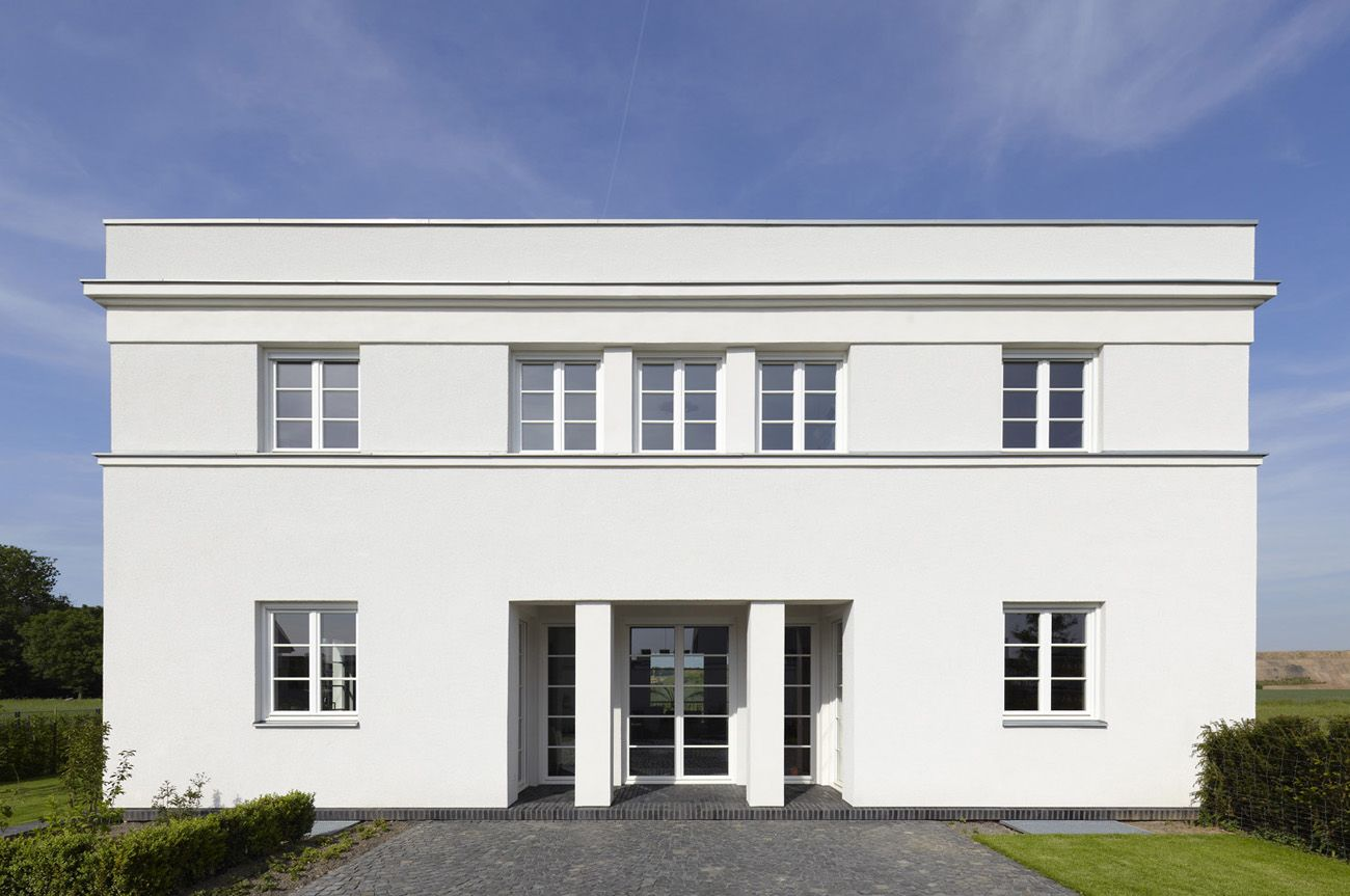 Severely restrained classical facade haus bungert by axel for Architektur klassisch