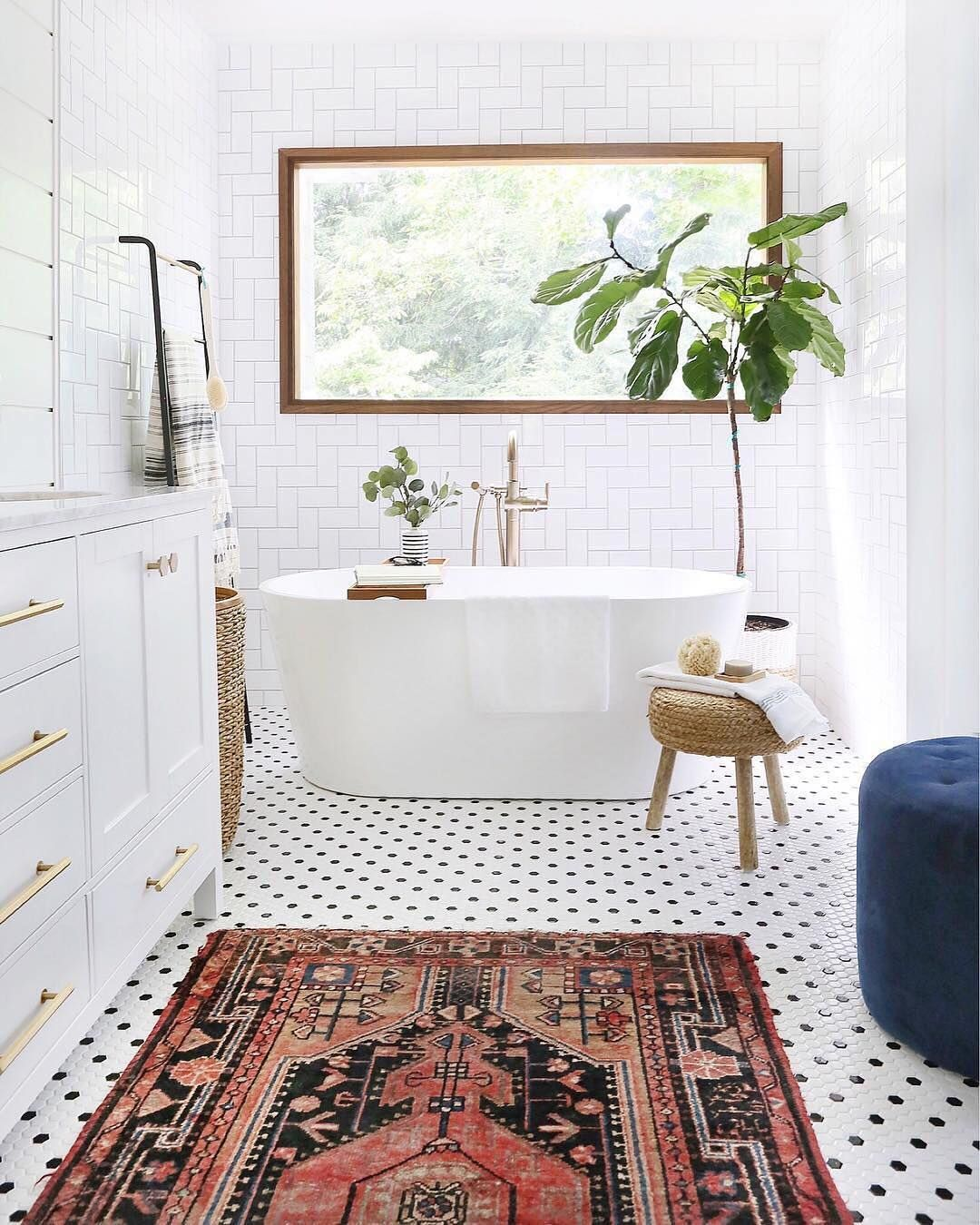 This bathroom is goals all around—from the Persian rug and polka dot tile  to the gorgeous natural ligh… | Natural home decor, Home decor bedroom, New  bathroom ideas