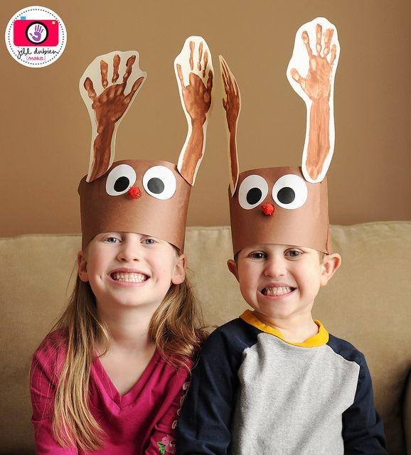 Lembrancinha:Chapéu da rena Rudolph utilizando o carimbo de mãos como os chifres.