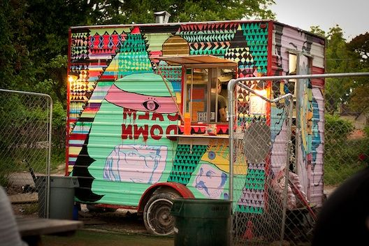 East side king brings 6th street cool to rainey street for Cool food truck designs