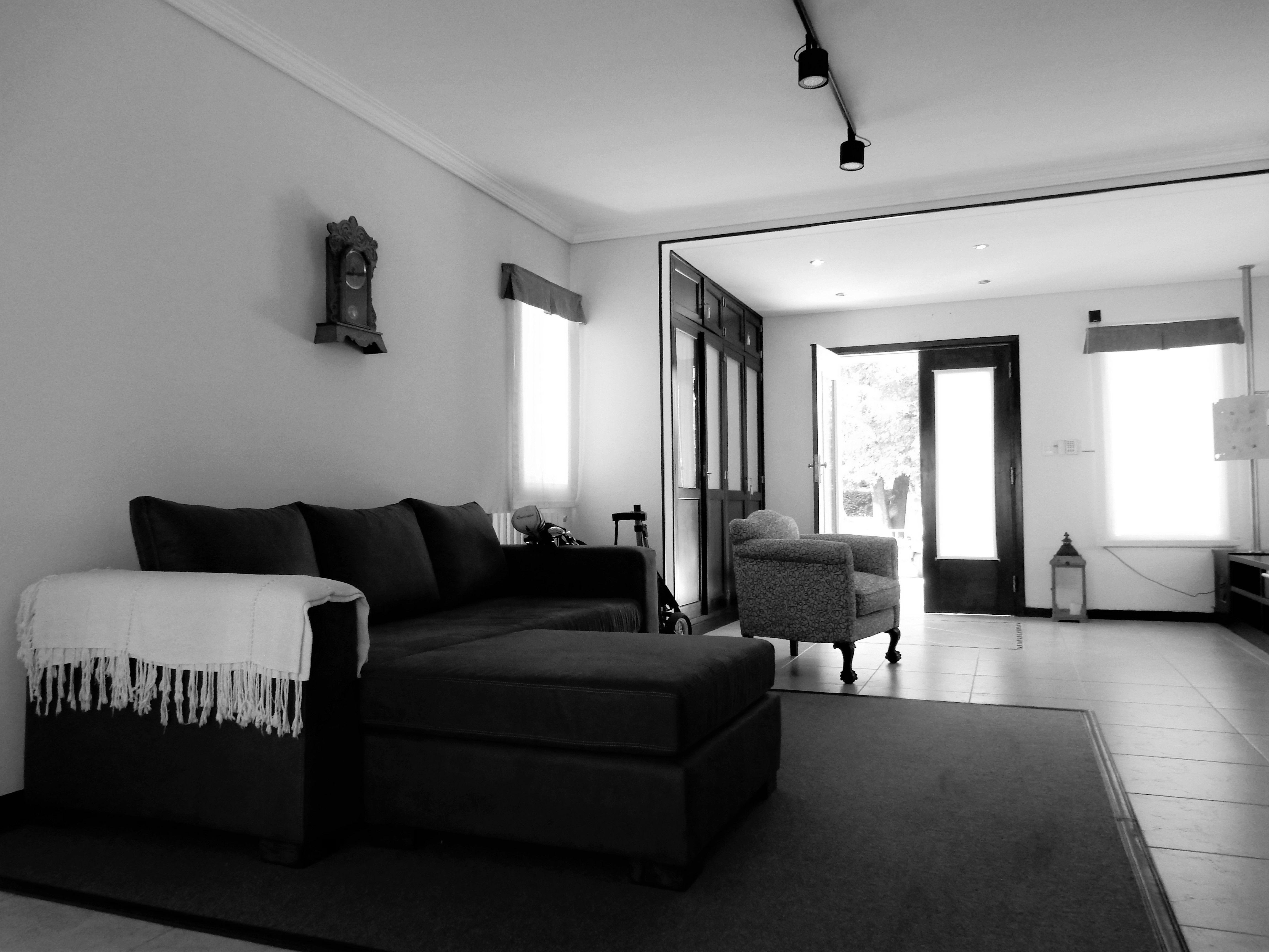 Living moderno con hogar casa quinta parque leloir for Casa quinta minimalista