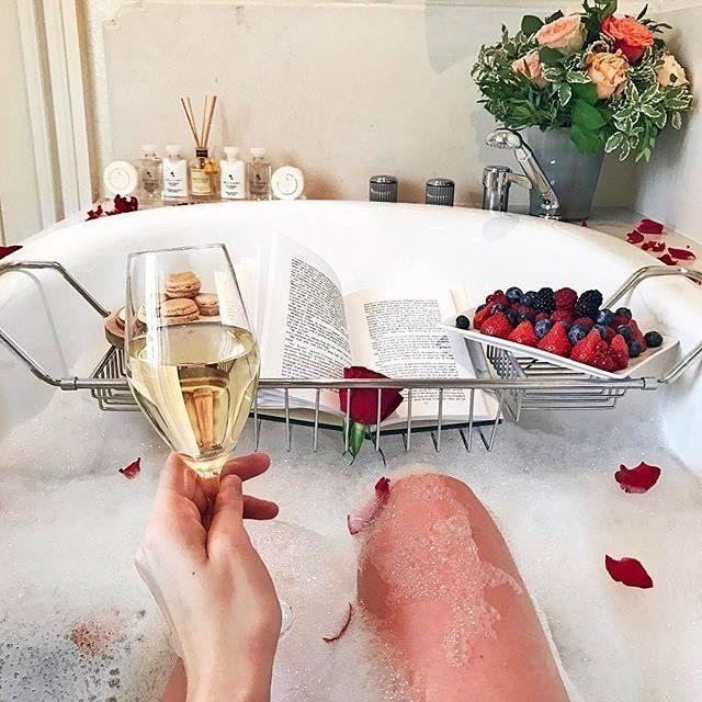 Tras una jornada de trabajo y reuniones por fin ..... Llega el momento de relajarse entre la espuma de un baño de olor Todo preparado y a Disfrutar!!!!