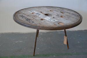 table basse plateau de bobine de c ble lectrique en bois et tour m tal pi tement ancien. Black Bedroom Furniture Sets. Home Design Ideas