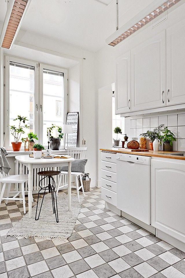 Bialy Stol I Krzesla W Kuchni Kuchnia W Stylu Skandynawskim Styl Skandynawski W Bialej Kuchni Bialo Szara Terakota W Kitchen Inspirations Kitchen Kitchen Space