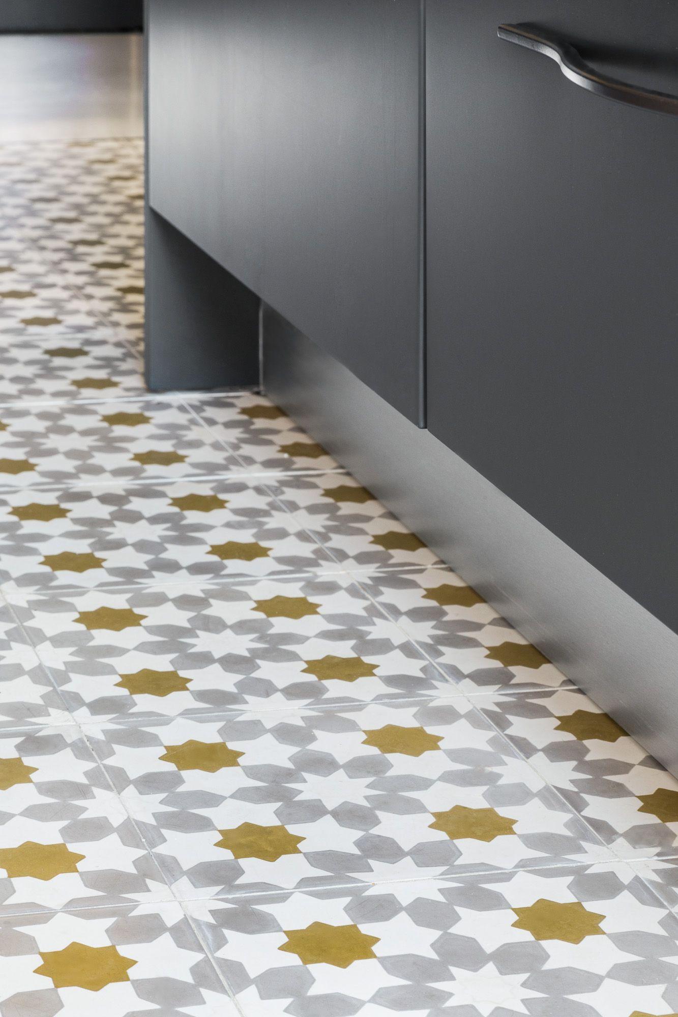 Carreaux ciment toil s et dor s dans la cuisine appartement haussmannien parisien r am nag Carrelage ciment cuisine