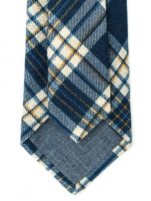 Corbata de seda y lana confeccionada en la región de Como (Italia) de manera artesanal, siguiendo la tradición italiana. Corbata de 8 centímetros de ancho de pala, con diseño de cuadros en tonos azules. www.soloio.com  #soloio #soloiomioda #shoponline #tie #corbata #menstyle #bespocke #suitup
