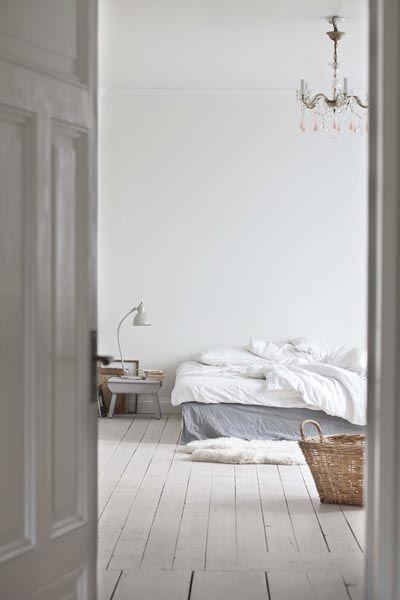 Porte blanche laquée + tour de lit en lin bleu gris avec draps - chambre bleu gris blanc