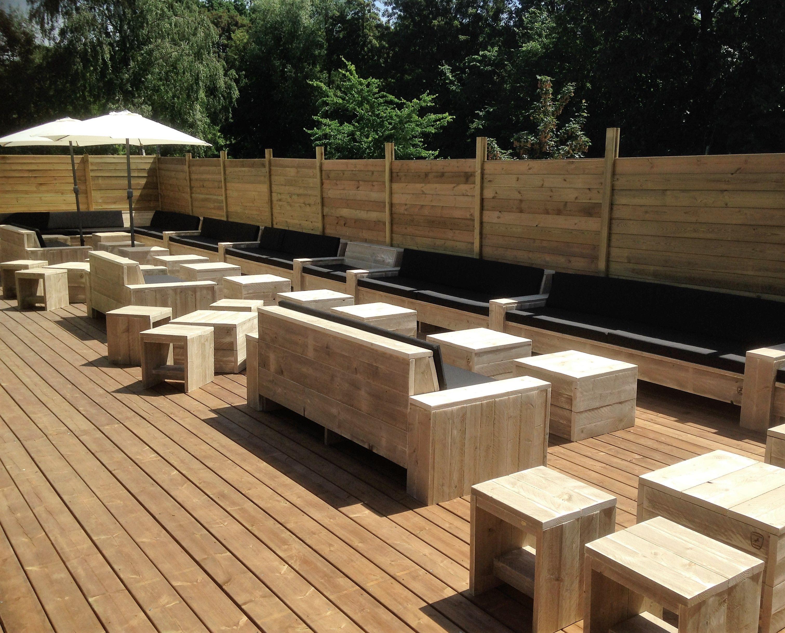 Terras met steigerhout lounges