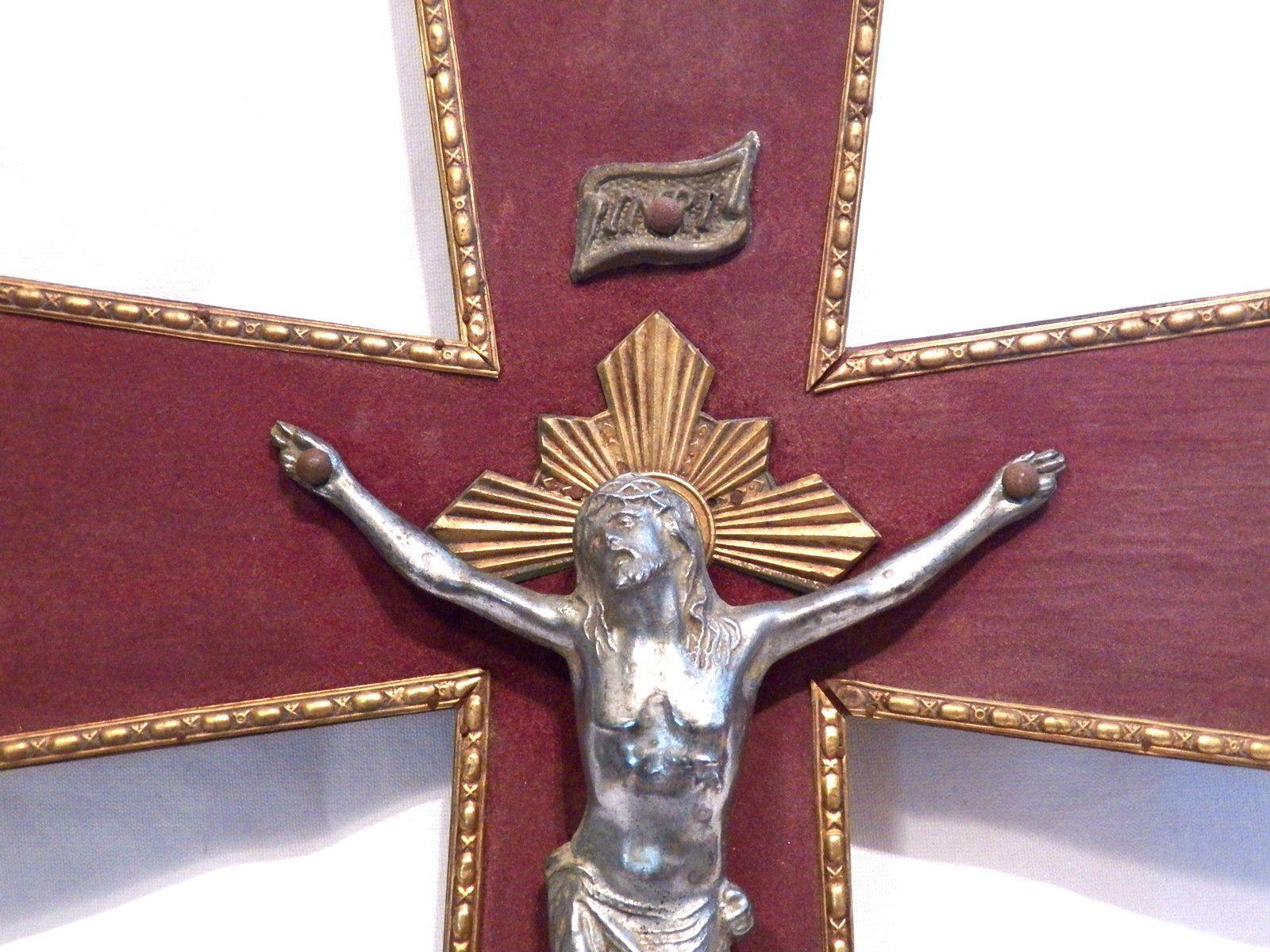 Crucifijo moderno de madera de olivo con estructura de metal plateado de 30 x 16 cm