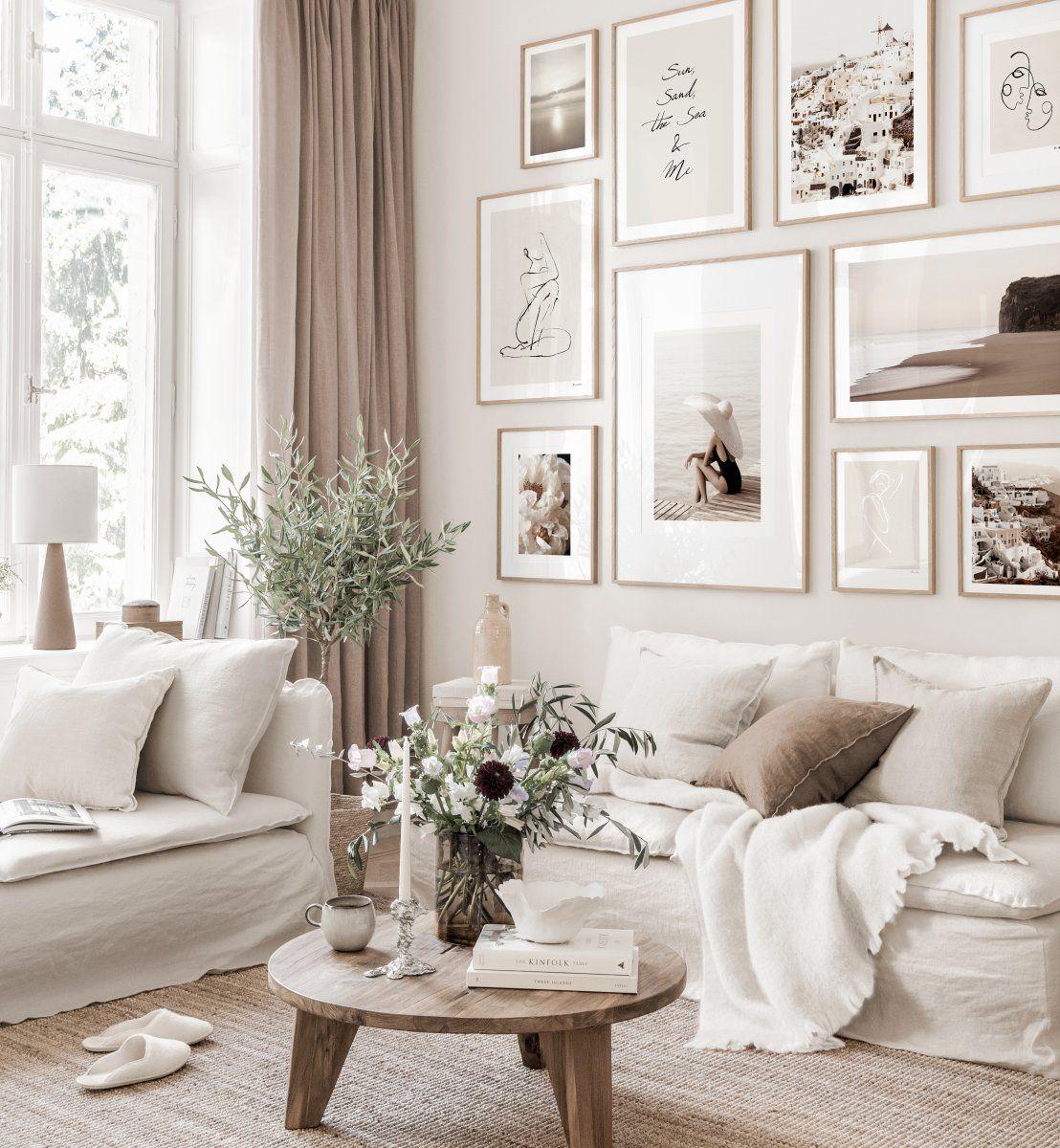 Sommerliche Bilderwand beiges Wohnzimmer abstrakte Poster Eichenrahmen