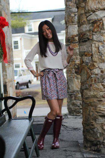 Un toque naif con esta falda y el collar a juego. Las botas combinan a la perfección con los detalles del estampado