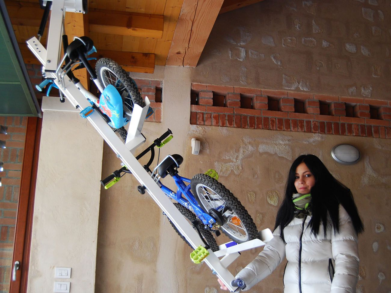 自転車を駐車場の天井にフラットに収納できる Flat Bike Lift 画像