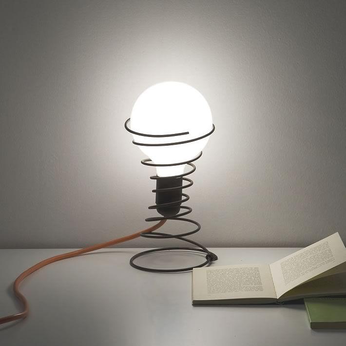 un support de lampe de chevet avec un ressort r cup r sur. Black Bedroom Furniture Sets. Home Design Ideas