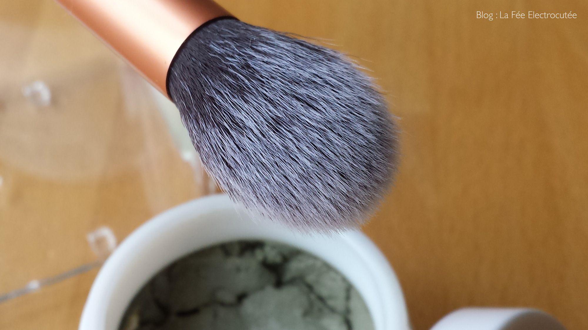 Nettoyez et détachez vos pinceaux de maquillage (même blancs) grâce à l'argile verte.