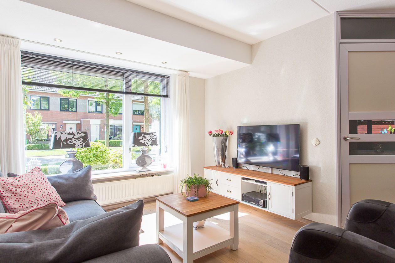 Ruime woonkamer met uitbouw. Meer info: http://www.funda.nl/koop ...