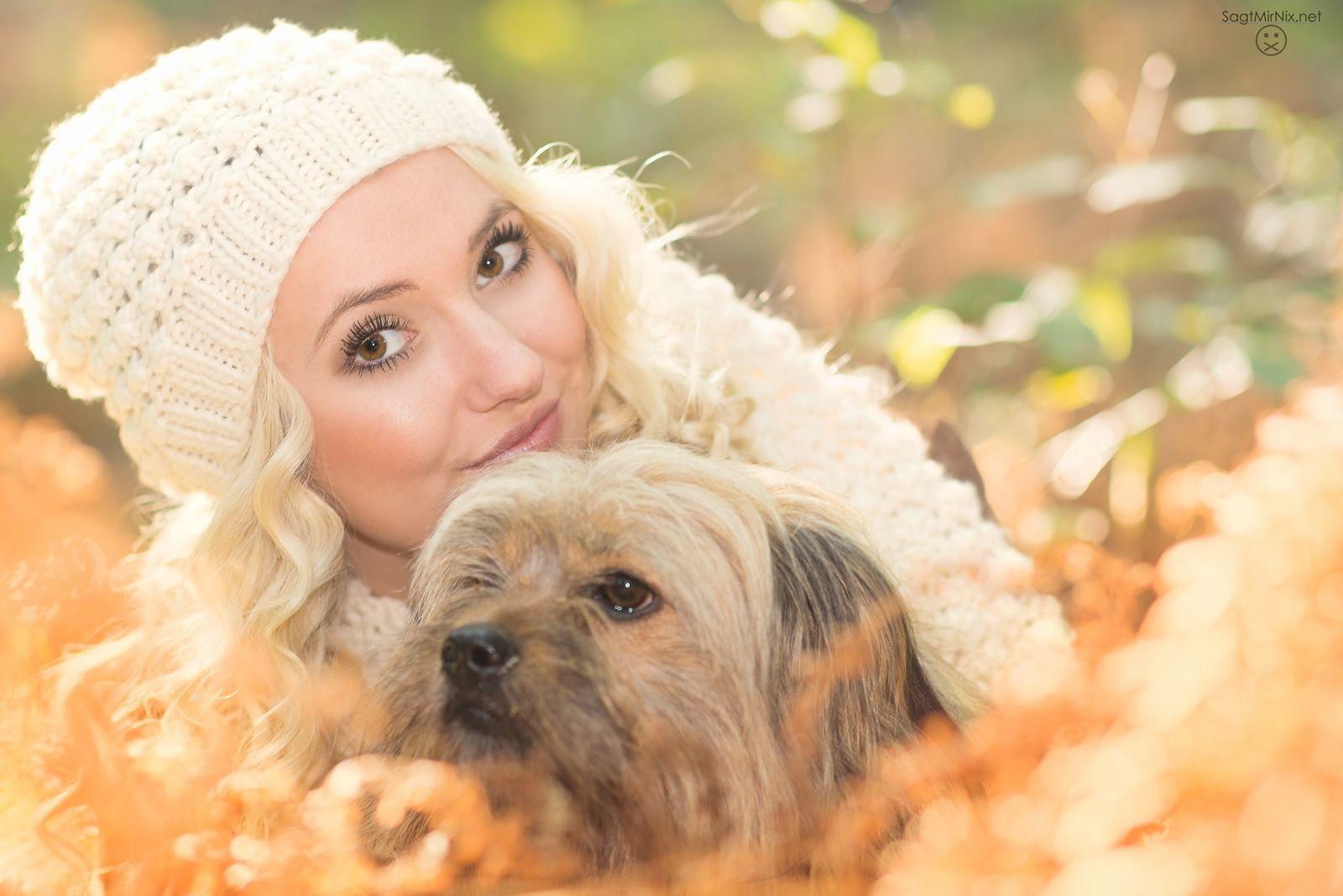 Herbst-Portrait im Gegenlicht: Junge Frau mit Hund im Wald