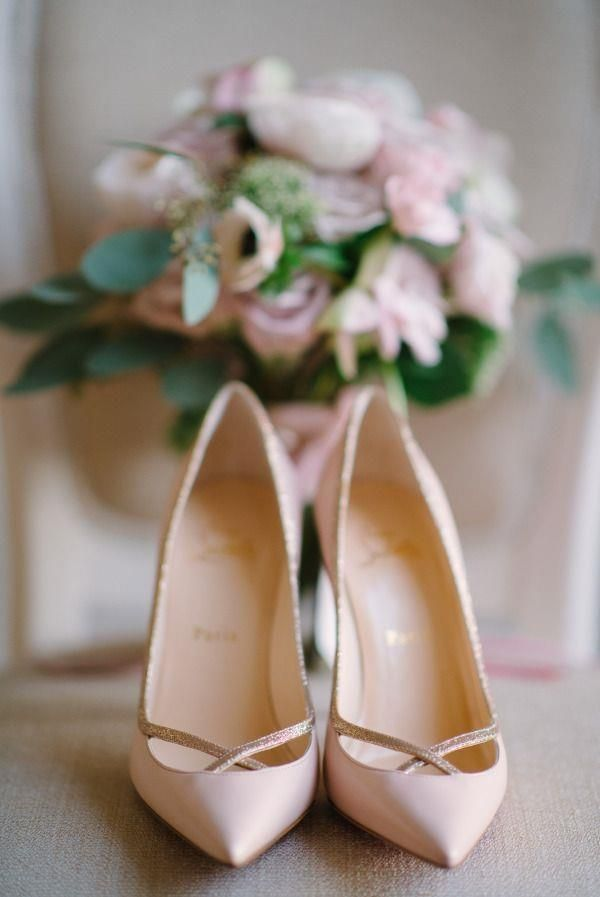 There is nothing quite as feminine and elegant as blush and black on your wedding day! Here's some Here's some precious pretties to start you off!