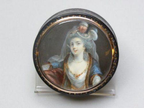 Tabatière représentant une jolie élégante en miniature sur ivoire