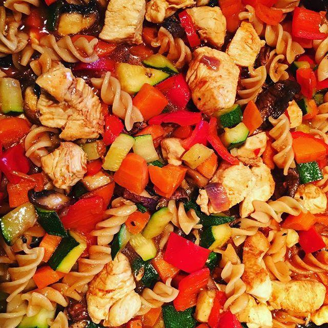Da freuen sich die Zähne und der Junior. #food #foodporn #Gemüse #Nudelpfanne #Gemüsepfanne #zwiebel #Paprika #herd #kitchen #soulkitchen #Möhre #Karotte #huhn #hühnerbrust #chicken #chickenbreast #curry #paprika #salz #pfeffer #salt #Pepper Zahngesund #Ernährung #Mittagessen #Mittagspause #Mittagstisch #prodente #Servatius #ServatiusKocht #ServatiusSauberzahn