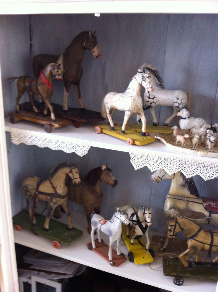 Verzameling oude speelgoed paardjes.