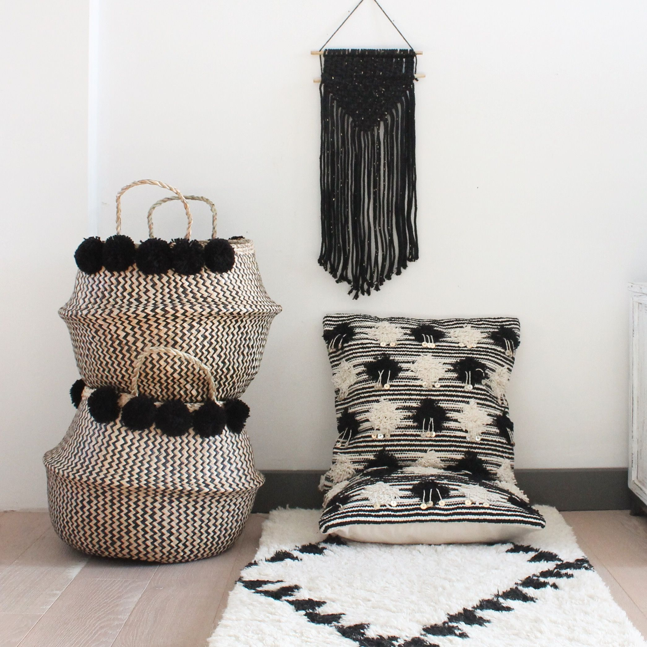 panier boule pompons et coussins berb re madam stoltz le joli shop b a s k e t s s t o r a. Black Bedroom Furniture Sets. Home Design Ideas