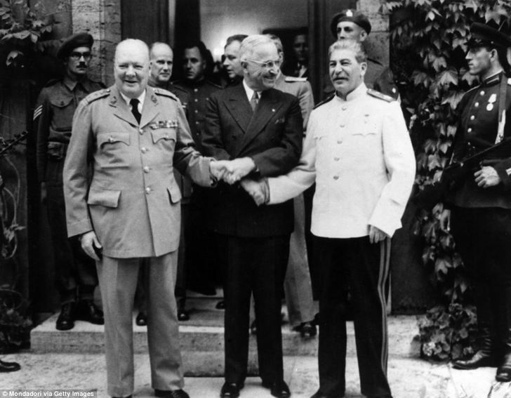 Harry S. Truman apertando as mãos com Winston Churchill e Josef Stalin. Potsdam, Alemanha de 1945 [964 x 751]