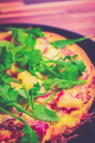 Tiesitkö, että punaisista linsseistä saa ihanan flatbread pizzan hurauttamalla kaikki pohjan ainekset sekaisin keskenään blenderissä? Pohja on gluteeniton!
