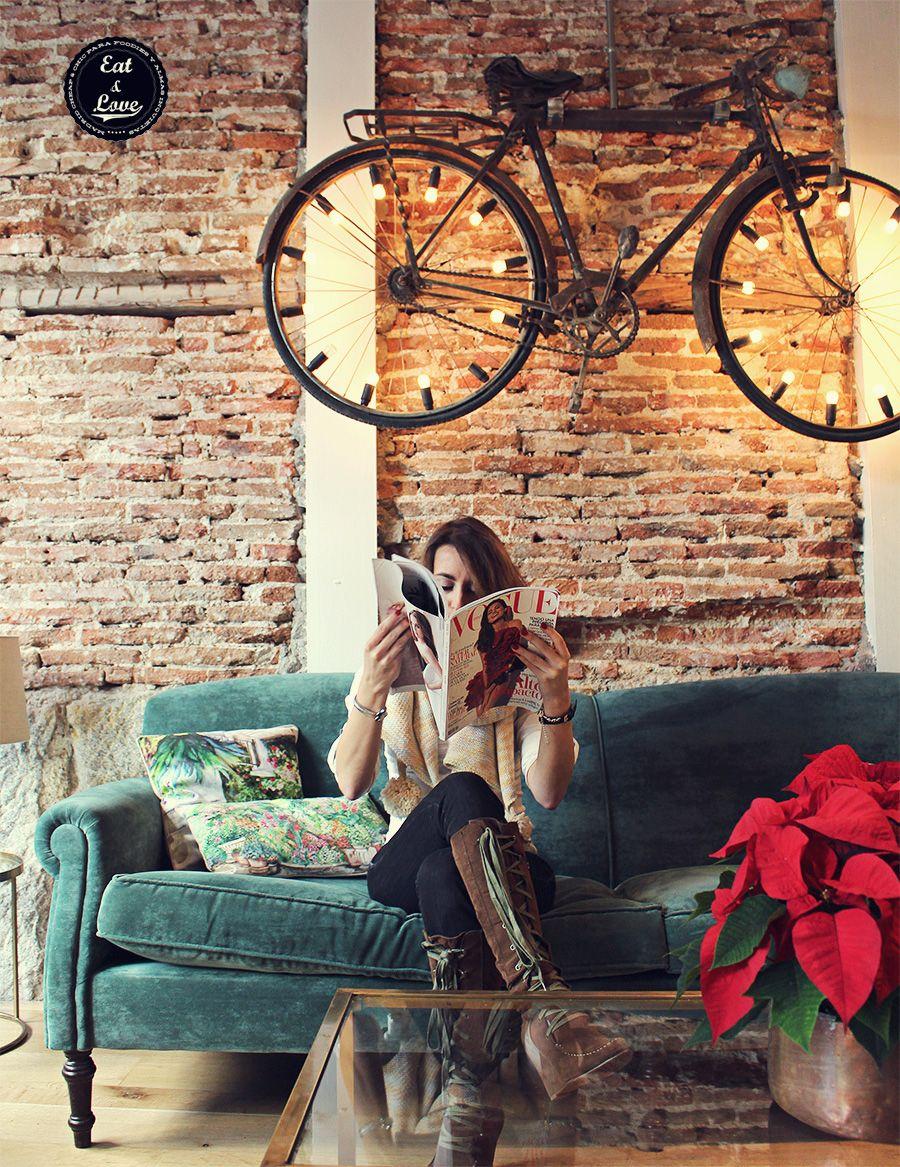 Este sofá es uno de los rincones más instagramizables de La Jefa, un local precioso de aires coloniales en el barrio de Salamanca