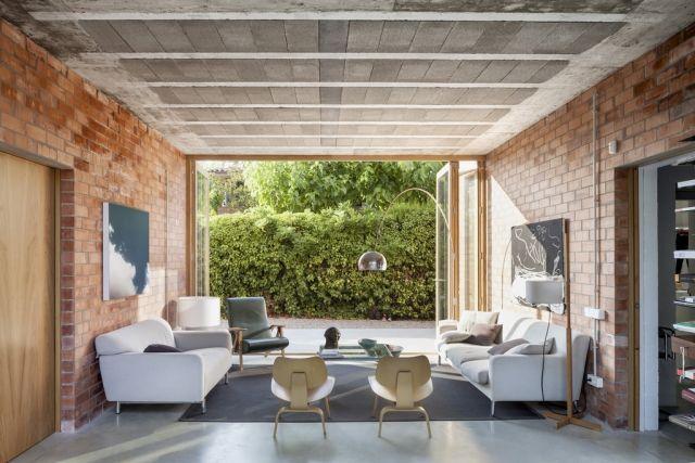 wohnzimmer-raumgestaltung-ideen-backstein-wand-zugang-garten