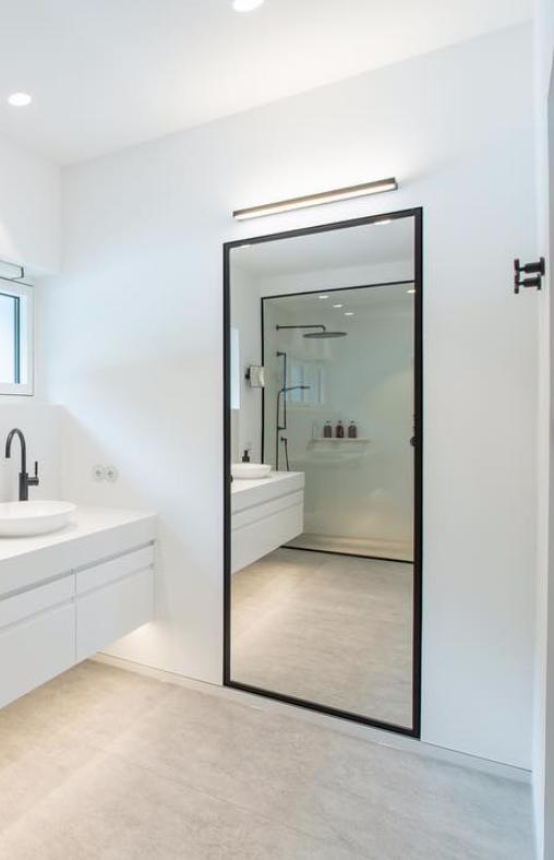 Mobilier De Salle De Bain Designed By Dornbratch Meuble Noir Et Blanc Miroir Mural Rectangulaire Noir Meuble Blanc Robinetterie Noire Matte Lav Bathroom Bathtub