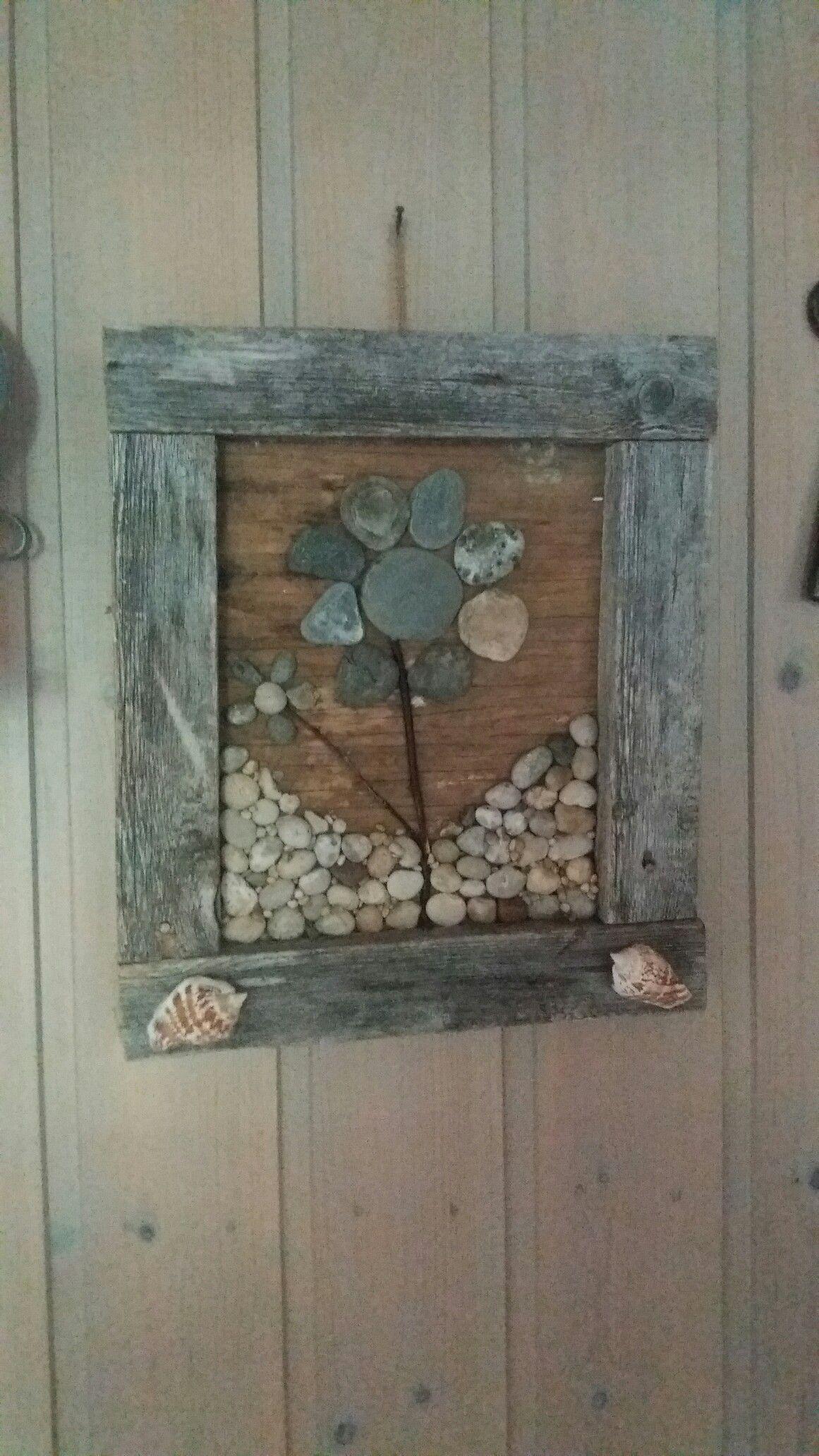 En tavla jag gjort med stenar och snäckor.