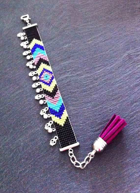 Chevrons black, green, turquoise, pink, and purple cuff bracelet with skull charms par TDFTheDreamFactory, €22.00 Seed beads, beadwork, bead loom.