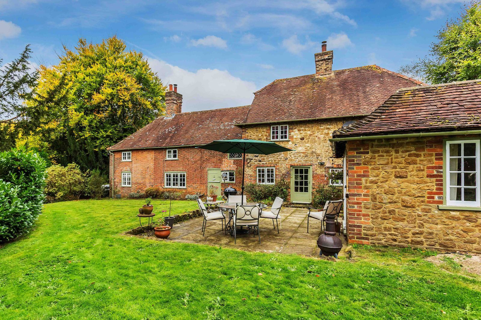 Beautiful 17th Century Surrey Cottage For Sale Is The Epitome Of English Country Charm With Images Beautiful Homes