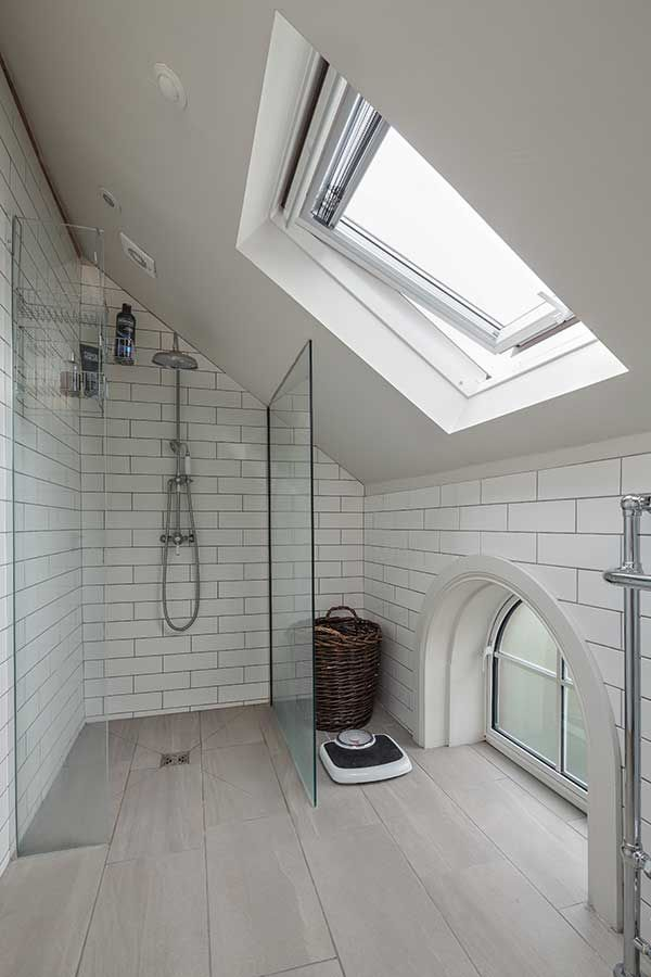 En suite bathroom with sloping ceiling | Small attic ...