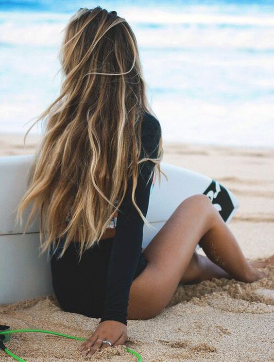 Cheveux longs blonds surfeuse Surf hair, Hair styles