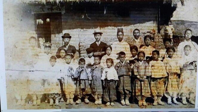 1905년 황해도 은률군 장련(長連) 광진학교 시절 사진, 뒷쪽의 최상륜(부친),김구 선생(30歲), 앞줄 두루마기가 최태영 학동 (6세)