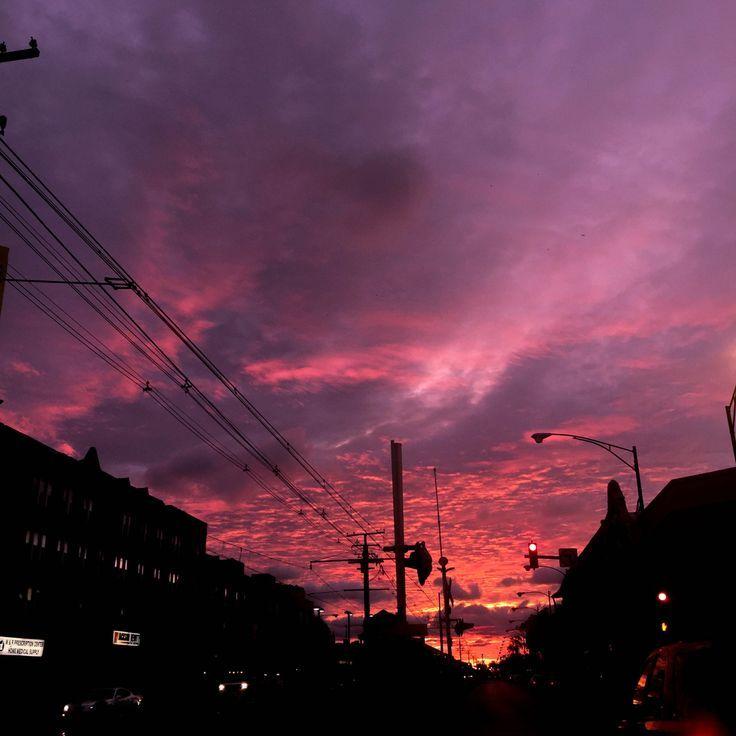 Magentaroter und violetter Himmel über einer urbanen Skyline; über Godofcum – #einer #fotografie #Godofcum #himmel #Magentaroter