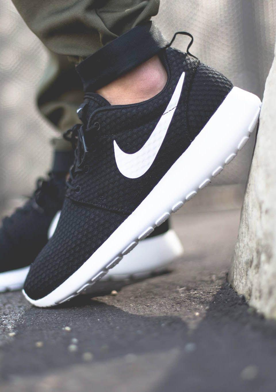 personaje Guarda la ropa Molestar  NIKE Roshe Run Basic Black   Nike shoes cheap, Black nikes, Nike shoes roshe