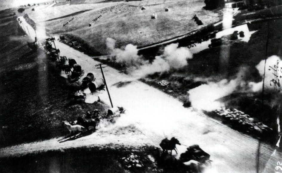 La cámara acoplada a un IL-2 Sturmovik, capta el ataque a una columna Alemana de suministros con tracción a caballo en los primeros días de la Operación Barbarroja.