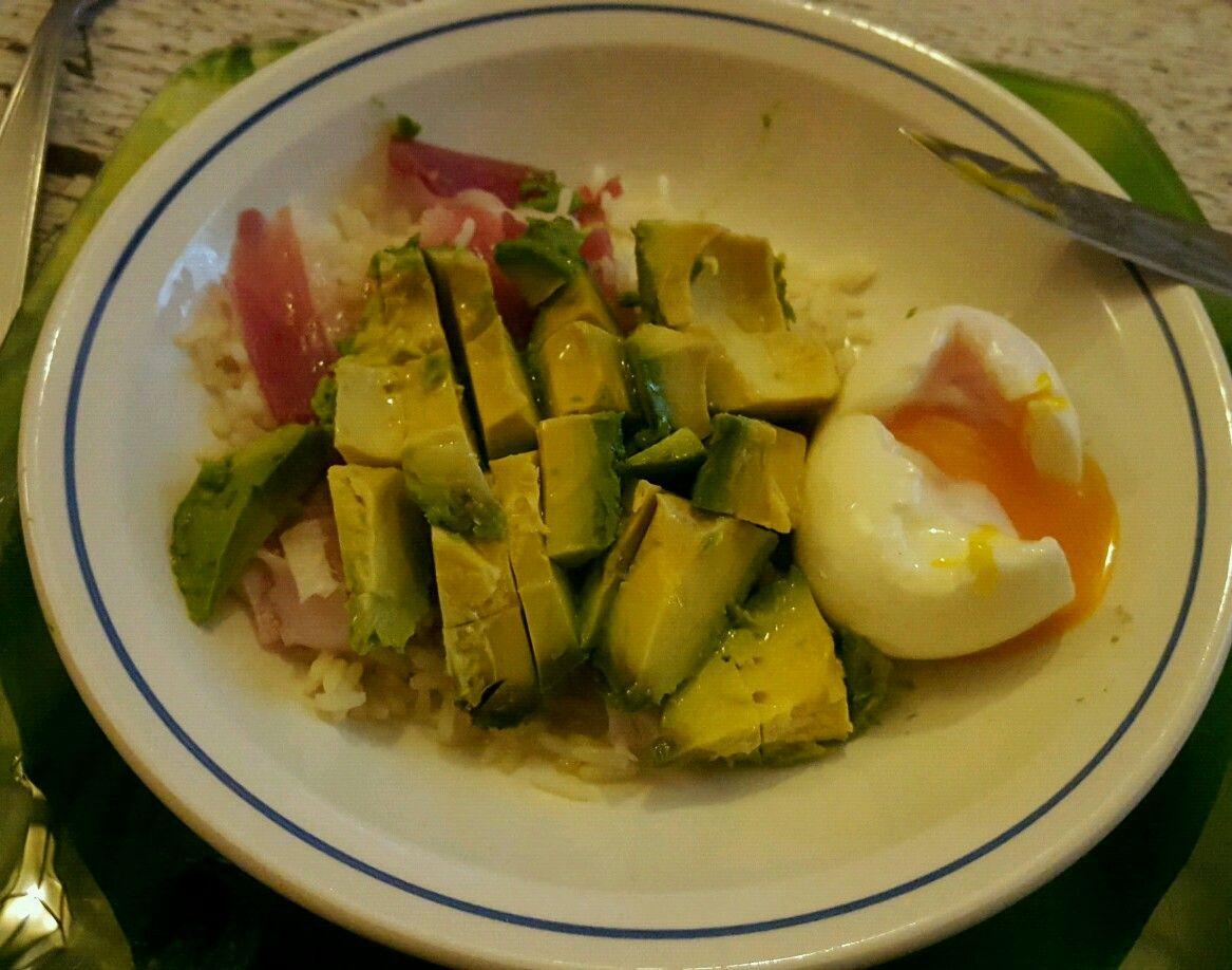 Petit plat bon et sain ! Riz, jambon cru, avocat, oeuf mollet et huile d'olive. 😉