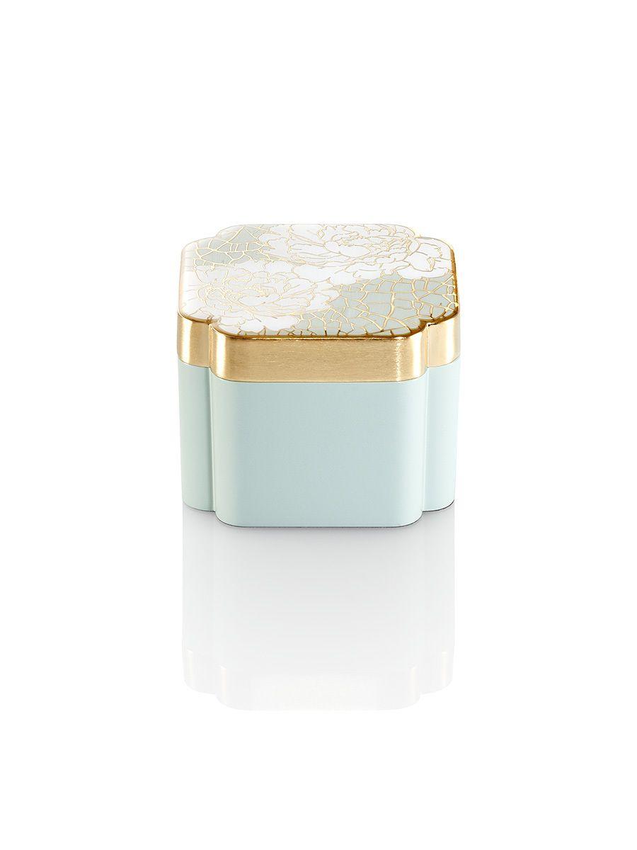 """牡丹被称为""""百花之王"""",盛开的牡丹象征着平和与美丽。盒内配有丝绸内衬,运用中国手绘珐琅工艺展现了牡丹绽放之美。材质:合金材料,丝绒衬里颜色:仅如图所示的浅绿色可选尺寸:8.8 x 8.8 x 6.5厘米编号:8G430I6"""