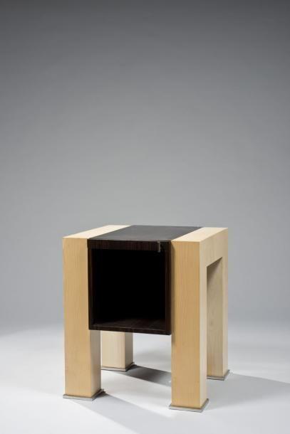 paire de tables de chevet en suite de section carr e en placage de ch ne clair verni le. Black Bedroom Furniture Sets. Home Design Ideas