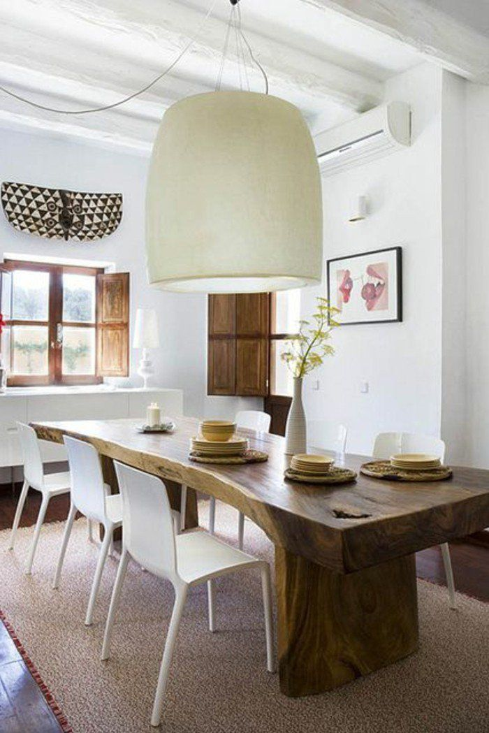 Magnifique Table Dans La Salle Manger En Bois Brut Lustre Tissu Beige Chaises Blanches